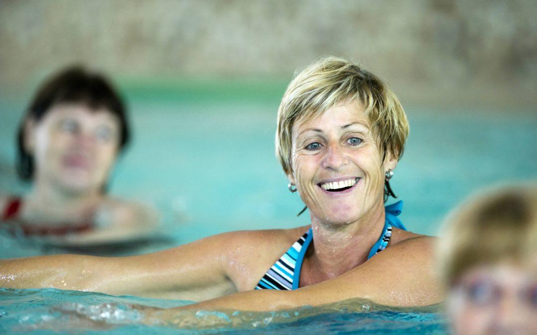 Frauen bei der Wassergymnastik